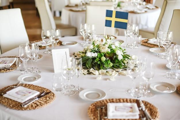 Mesa de boda servida con flores