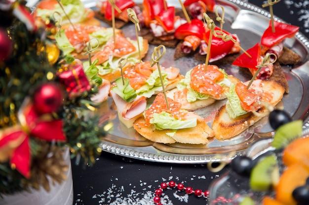 Mesa buffet con canapé