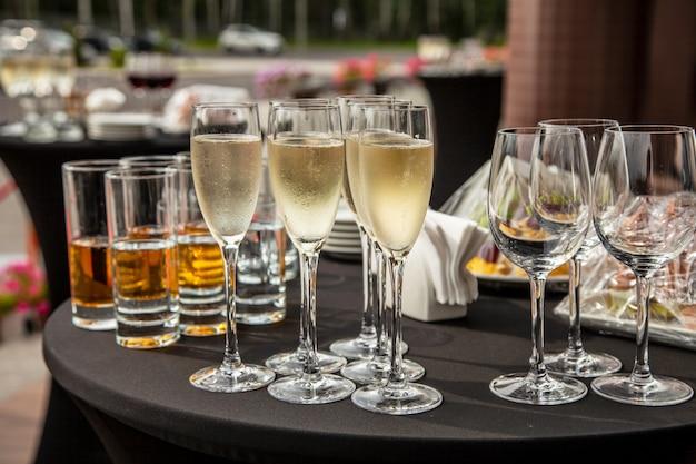 Mesa de buffet en la terraza con copas de champagne.