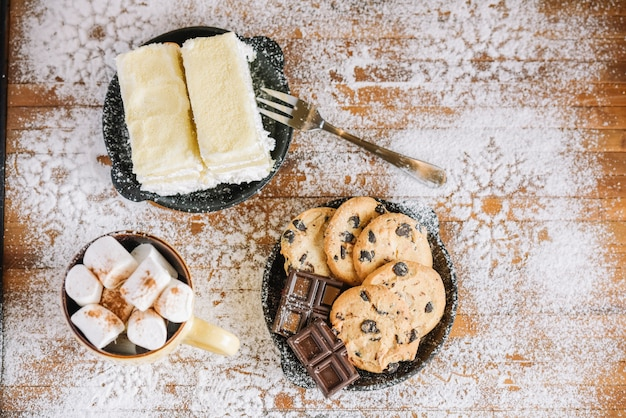 Mesa de cacao con dulces en azúcar en polvo decorada.