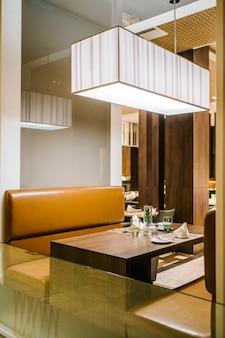 Mesa de cena en hotel de lujo