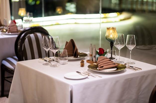 Mesa de cena de lujo en el hotel
