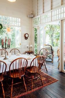 Mesa de cena vintage y casa vintage