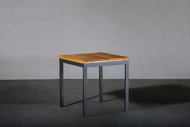 Mesa de centro al aire libre con patas de metal en un estudio.