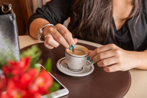 Mesa de centro de consumición de la mujer. mujeres en cafe.