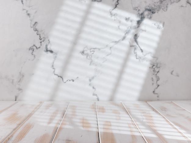 Mesa de cocina blanca vacía con luz de la ventana