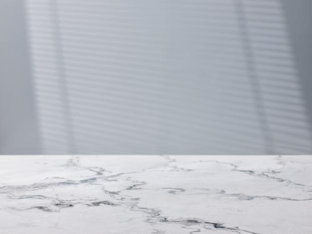 Mesa de cocina de mármol vacía y cortina de persianas en la mesa