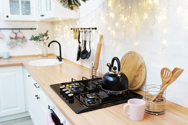 Mesa de cocina navideña en estilo loft