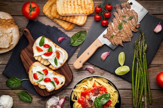 Mesa de cocina con platos preparados e ingredientes.