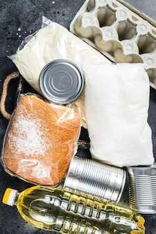 Mesa de cocina con productos alimenticios de donación, concepto de ayuda de cuarentena