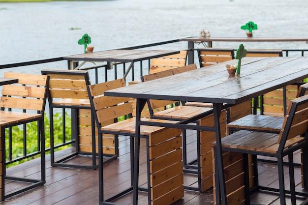 Mesa de comedor en la acogedora cafetería al aire libre. mesa de comedor junto a la cafetería del río.