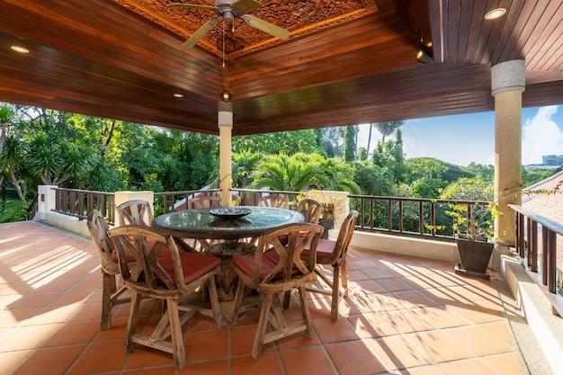 Mesa de comedor al aire libre con vistas a la piscina
