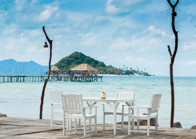Mesa de comedor blanca en la playa
