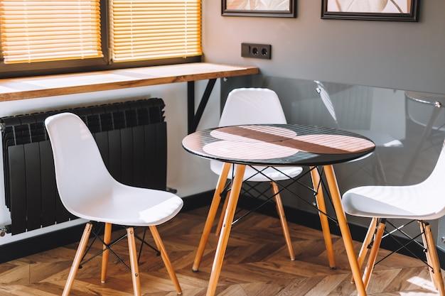 Mesa de comedor en la cocina moderna