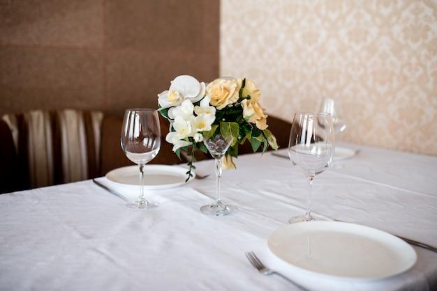 Mesa de comedor decorada con flores.