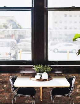 Mesa de comedor junto a la ventana en un restaurante.