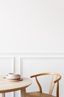 Mesa de comedor limpia y minimalista con silla.