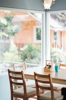 Mesa de comedor a la luz del día