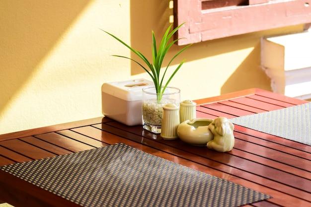Mesa de comedor, mesa de recepción, florero y cenicero