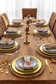Mesa de comedor con platos de diseño de interiores.