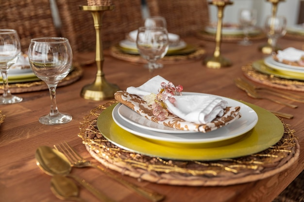 Mesa de comedor de primer plano con platos