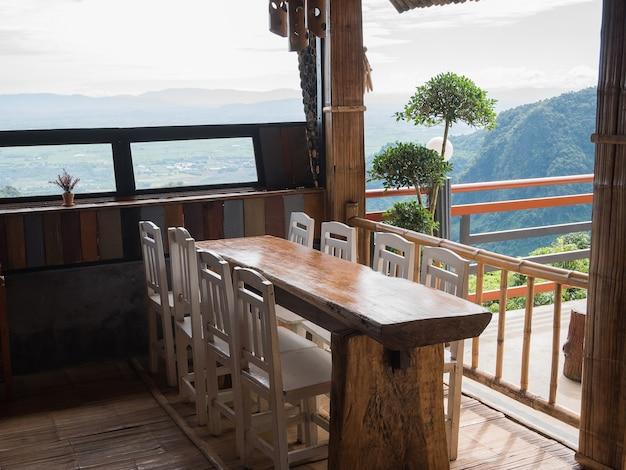 Mesa de comedor en el restaurante con vistas a la montaña
