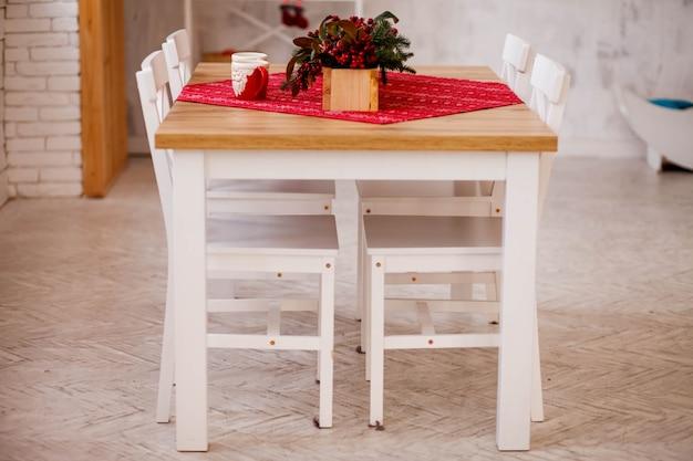 Mesa de comedor en sala acogedora