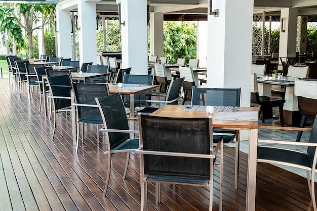 Mesa de comedor y silla en cafe restaurante