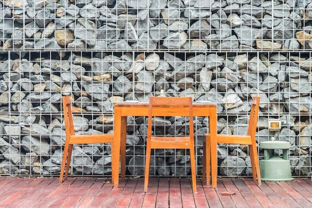 Mesa de comedor y silla de madera con decoración interior.