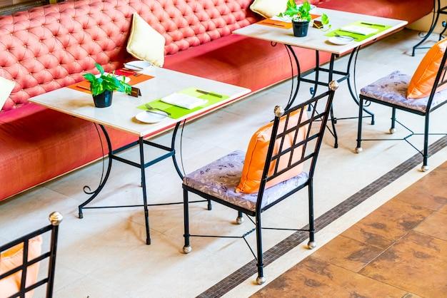 Mesa de comedor vacía en el restaurante cafetería
