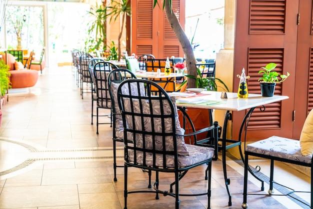 Mesa de comedor vacía en el restaurante