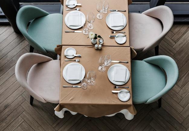 Mesa de comedor vacía en un restaurante
