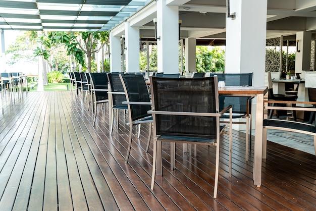 Mesa de comedor vacía y una silla en el restaurante cafetería.