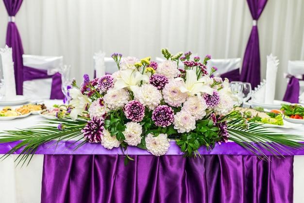 Mesa de comida decorada con flores.