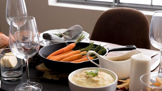 Mesa con comida del día de acción de gracias.