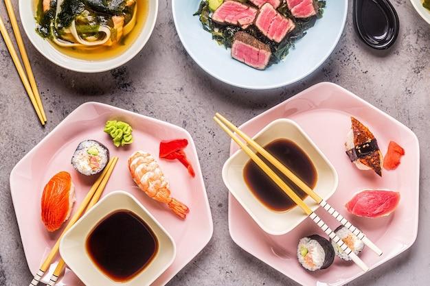 Mesa con comida tradicional japonesa, vista superior.