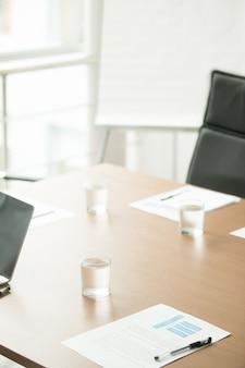Mesa de conferencias en la oficina del moderno centro de negocios, interior de la sala de juntas