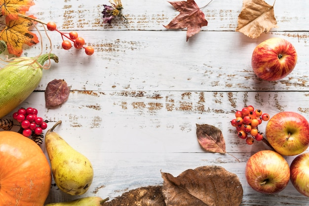 Mesa con cosecha de bayas y frutas.