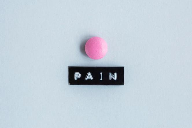 Mesa de color rosa con etiqueta de dolor