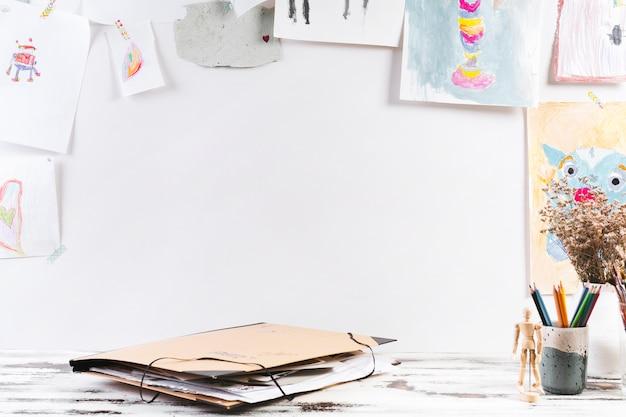 Mesa de dibujo con carpeta de papel