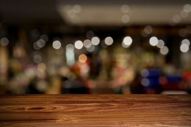 Mesa de madera superior con fondo borroso