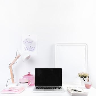 Mesa de trabajo con laptop