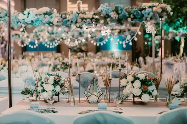 Mesa de decoración de boda con flores
