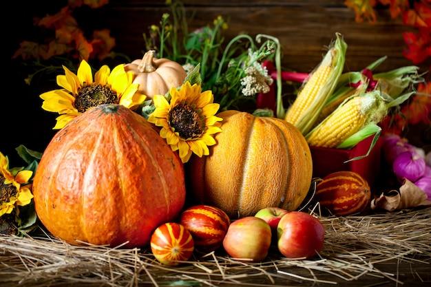 La mesa decorada con frutas y verduras.