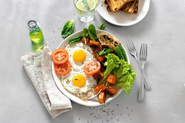 Mesa de desayuno plato de desayuno huevos fritos verduras champiñones tostadas vista superior mesa saludable