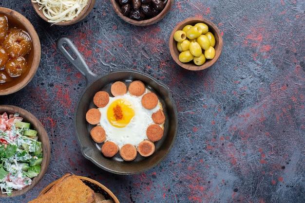 Mesa de desayuno rico con variedad de alimentos.