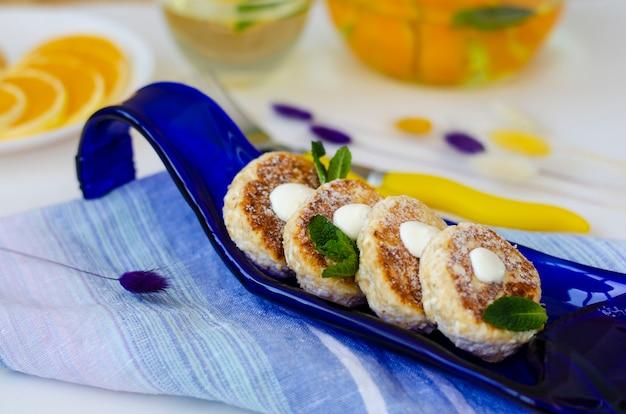 Mesa de desayuno saludable con cheesecakes de queso cottage