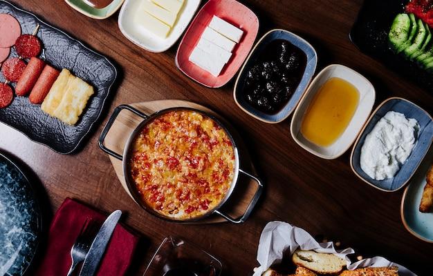 Mesa de desayuno turco tradicional con alimentos mixtos.