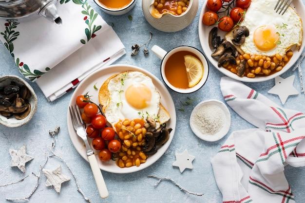 Mesa de desayuno de vacaciones festivas fotografía de alimentos laicos plana