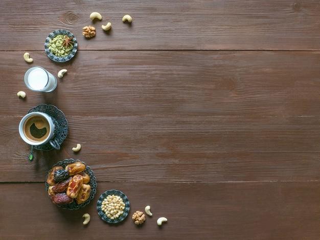 Mesa de dulces de ramadán. café turco, dat